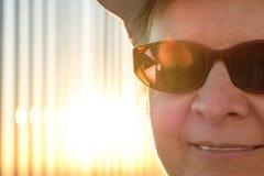 Caucasian kvinna med solglasögon i tillbaka tänd sol royaltyfri fotografi