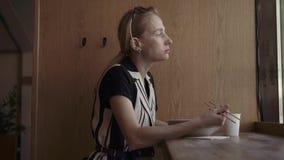 Caucasian kvinna som äter smaskiga nudlar i en lokal kinesisk restaurang med pinnar stock video