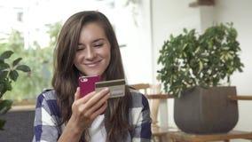 Caucasian kvinna som direktanslutet packar ihop med den smarta telefonen Royaltyfria Foton
