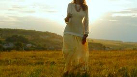 Caucasian kvinna som går det provence fältet som tycker om tid och solen Loppbegrepp 4k arkivfilmer