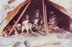 Caucasian kvinna som har konversation med familjen av urbefolkningen Royaltyfri Fotografi