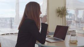Caucasian kvinna som inomhus arbetar arkivfilmer