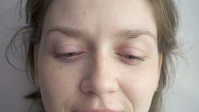 Caucasian kvinna som roterar henne ögon lager videofilmer