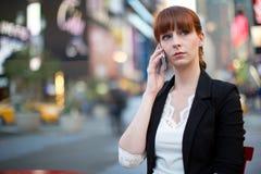 Caucasian kvinna som talar på mobiltelefonen Royaltyfri Foto