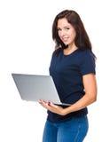 Caucasian kvinnabruk av bärbar datordatoren Arkivfoton