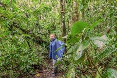 Caucasian kvinnaresande längs Amazonian djungel arkivfoton