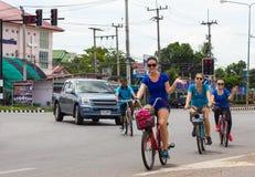 Caucasian kvinnliga cyklister Royaltyfri Foto