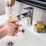 Caucasian kvinnliga händer och fingrar som tvättar sig upp och att slåss mot bakterier Royaltyfri Foto