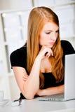 Caucasian kvinnor med pennan och bärbar dator Arkivbild