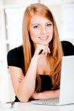 Caucasian kvinnor med pennan och bärbar dator Arkivfoton