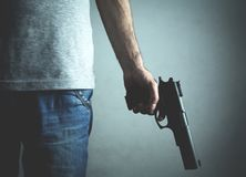 Caucasian mördare med pistolen Brottsligt begrepp arkivbild