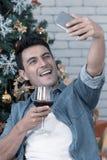 Caucasian mężczyzna z szkłem czerwone wino bierze selfie z zdjęcie royalty free