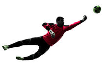 Caucasian man för målvakt för fotbollspelare som stansar bollkonturn fotografering för bildbyråer