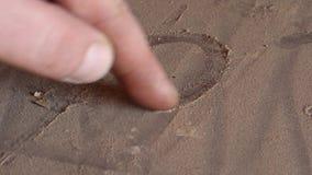 Caucasian man' hjärta för s-handteckningen undertecknar in damm