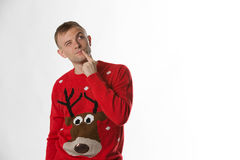 Caucasian man med handen på den höftstunden bära jul som jumperthinking Royaltyfri Bild