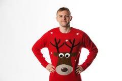 Caucasian man med handen på höftstunden som bär ett julförkläde Fotografering för Bildbyråer