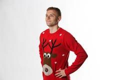 Caucasian man med handen på höftstunden som bär ett julförkläde som ser i väg från kamera Arkivbild