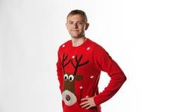 Caucasian man med handen på höftstunden som bär ett julförkläde som ser till kameran Royaltyfria Foton