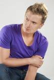 Caucasian man som poserar mot vit bakgrund Arkivfoton