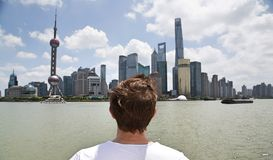 Caucasian man som ser Shanghai horisont arkivfoto