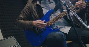 Caucasian man som sjunger sång och spelar gitarren stock video
