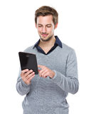 Caucasian man use of tablet Royalty Free Stock Photos