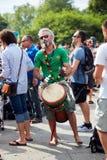 Caucasian manlig percussionist som spelar rytm med hans djembevalsbongo fotografering för bildbyråer