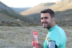 Caucasian manligt dricksvatten utomhus arkivfoto