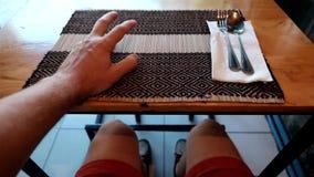 Caucasian mansammanträde i kafé och väntande på lunch eller matställe arkivfilmer