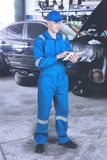 Caucasian mekaniker som arbetar med en tabell royaltyfri fotografi