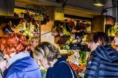 Caucasian mellersta ålderkvinnor på den Rialto marknaden, bönder marknadsför i Venedig, Italien arkivbilder