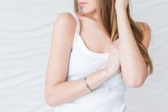 Caucasian modell med brunt hår i den vita singleten Sexiga kanter för closeupståendenoface endast Arkivbild
