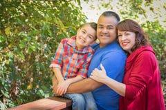 Caucasian och latinamerikansk familj för tillgivet blandat lopp arkivfoto