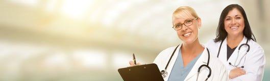 Caucasian och latinamerikansk kvinnligdoktors-, sjuksköterska- eller apotekareintelligens arkivfoton