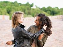 Caucasian och mellersta - östliga flickavänner som mångfaldkamratskap arkivfoton
