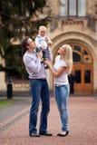 Caucasian par med den ettåriga gammala pojken Arkivfoto
