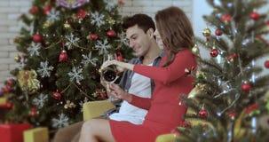 Caucasian par som dricker vitt vin stock video