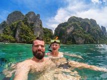 Caucasian par som snorkling fotografering för bildbyråer