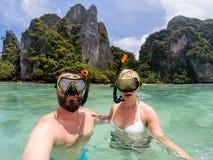 Caucasian par som snorkling arkivbilder