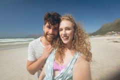 Caucasian paranseende på stranden royaltyfri fotografi