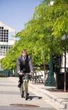 caucasian ridning för cykelaffärsman fotografering för bildbyråer