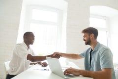 Caucasian sökande för arbetsgivaremöteafrikansk amerikan med händer royaltyfria foton
