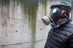 Mężczyzna w masce gazowej zdjęcia stock