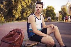 Caucasian sexiga vuxna män för ung härlig brunett utomhus i ci Royaltyfri Fotografi