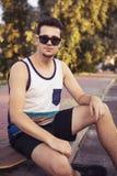 Caucasian sexiga vuxna män för ung härlig brunett utomhus i ci Royaltyfria Bilder