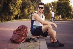 Caucasian sexiga vuxna män för ung härlig brunett utomhus i ci Royaltyfri Bild