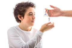 Caucasian slät-flådde pärlor för pojkehäleriradband royaltyfri bild