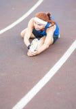 Caucasian Sporstwoman che ha allungamento degli esercizi sulla sede di sport Immagini Stock Libere da Diritti