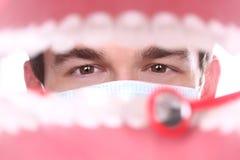 Caucasian tandläkare Working Inside en tålmodig mun Arkivfoton