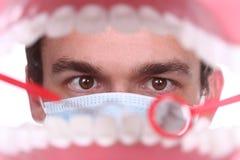 Caucasian tandläkare Working Inside en tålmodig mun Arkivfoto